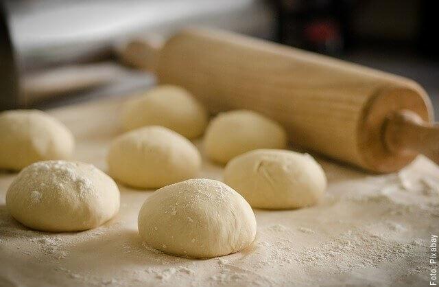 foto de procedimiento de harina para pizza