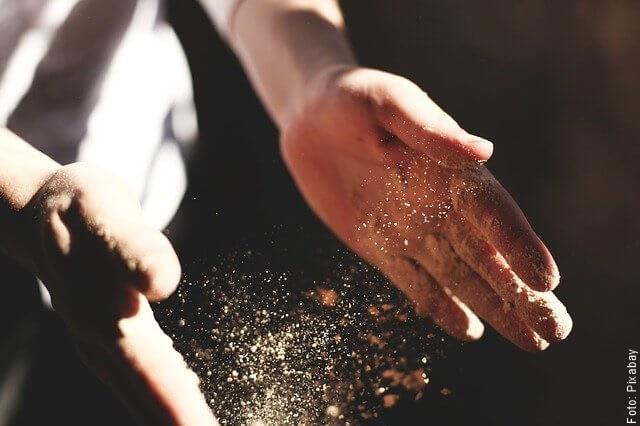 foto de manos haciendo pizza casera