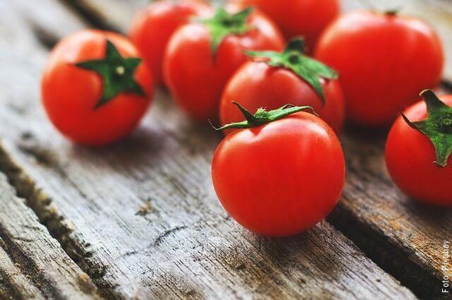 foto de tomates sobre una mesa