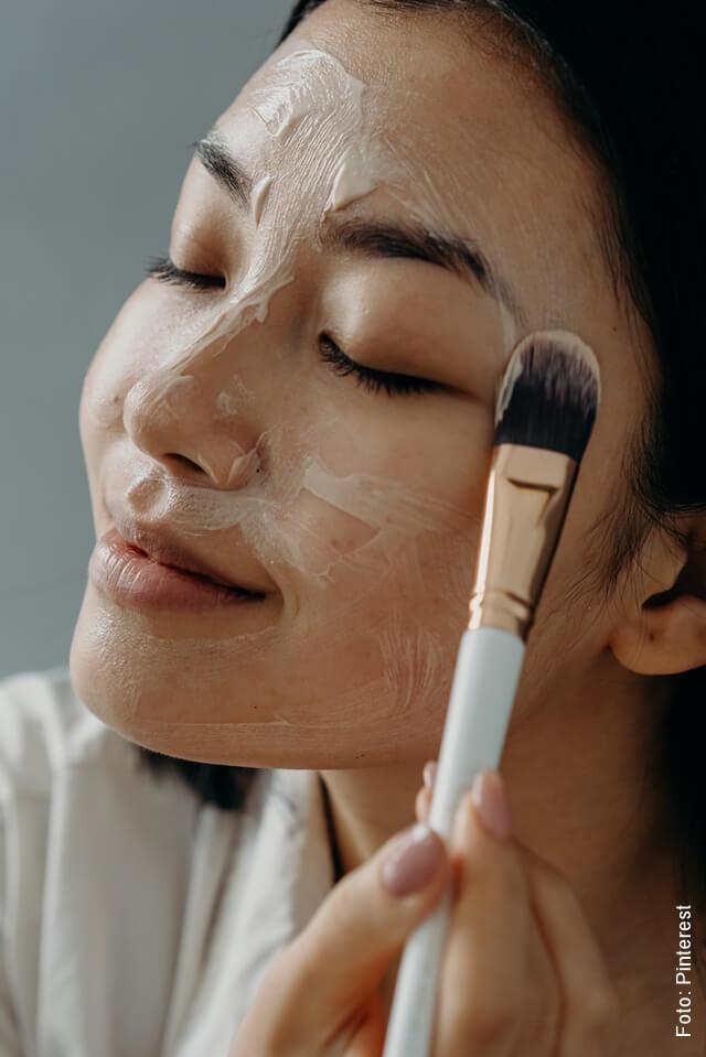 foto de mujer aplicándose mascarilla