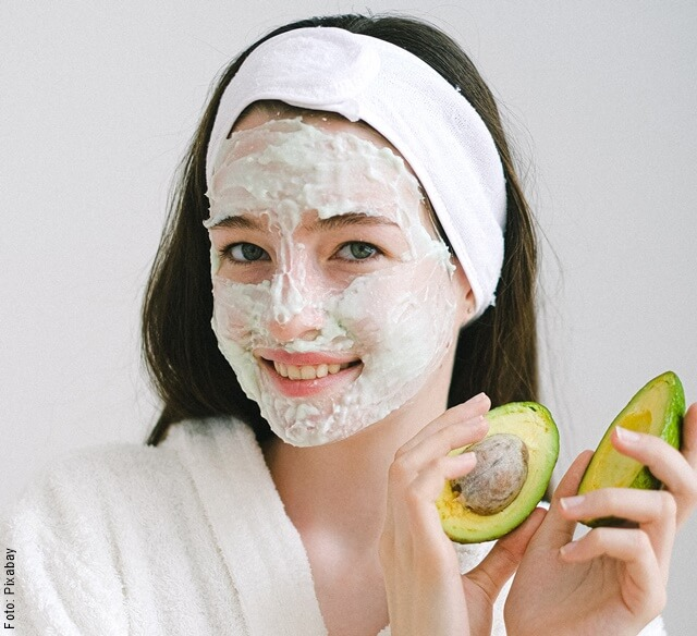 foto de mujer con mascarlla de aguacate