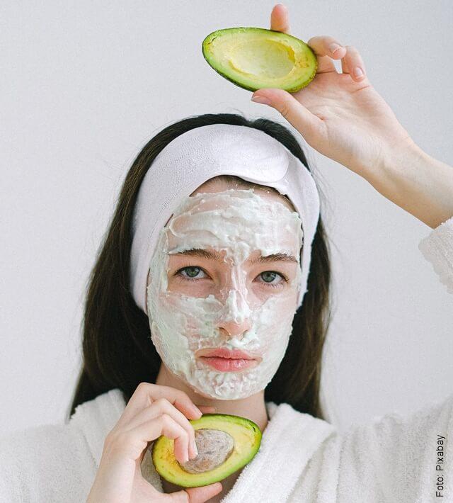 foto de mujer con mascarilla de aguacate