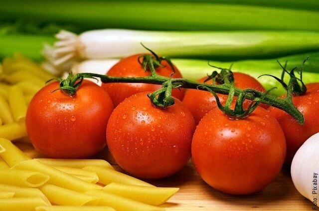 foto de tomates en cocina