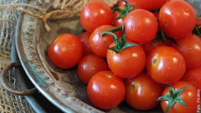 foto de tomates en un plato