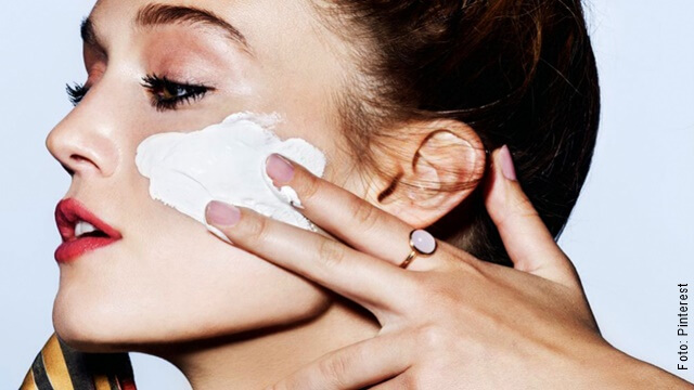 foto de mujer aplicándose leche de magnesia