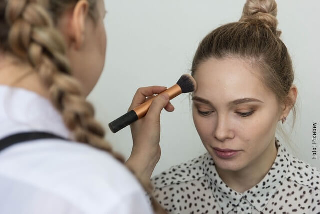 foto maquillando una mujer