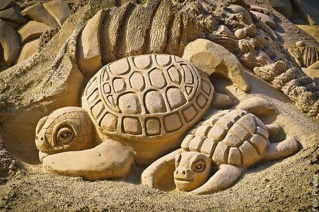 foto de figuras de tortuga en la arena