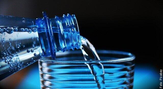foto de agua en botella