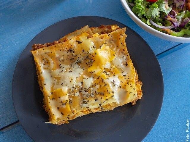 foto de plato con lasaña