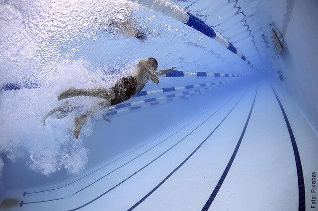 foto de hombre nadando