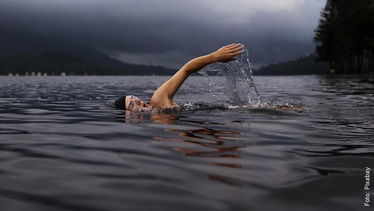 Soñar con nadar puede ser muy positivo para tu vida