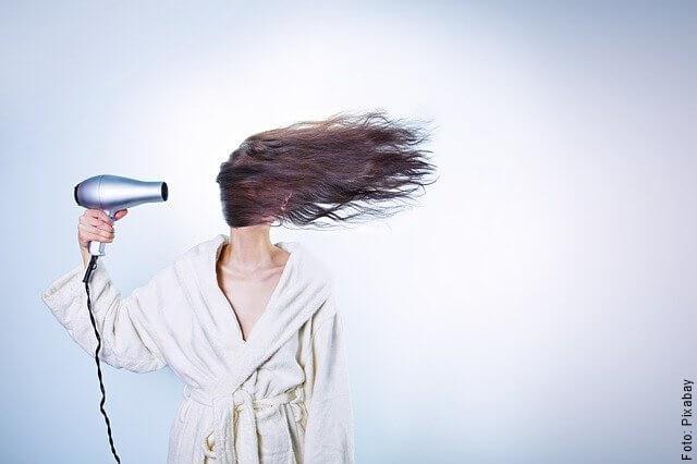 foto de mujer con secador de cabello