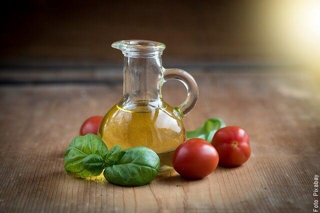 foto de aceite de oliva con tomate