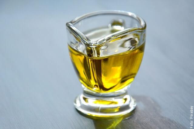 foto de copa con aceite de oliva