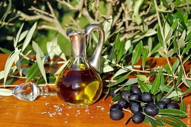 foto de aceite de oliva en botella