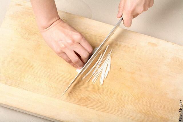 foto cortando cebolla larga