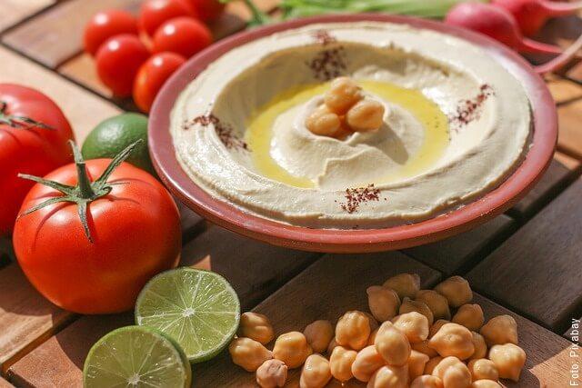 foto de plato con hummus