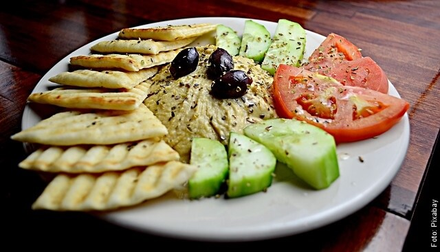 foto de humus con acompañantes