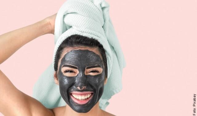 foto de mujer con arcilla negra en el rostro