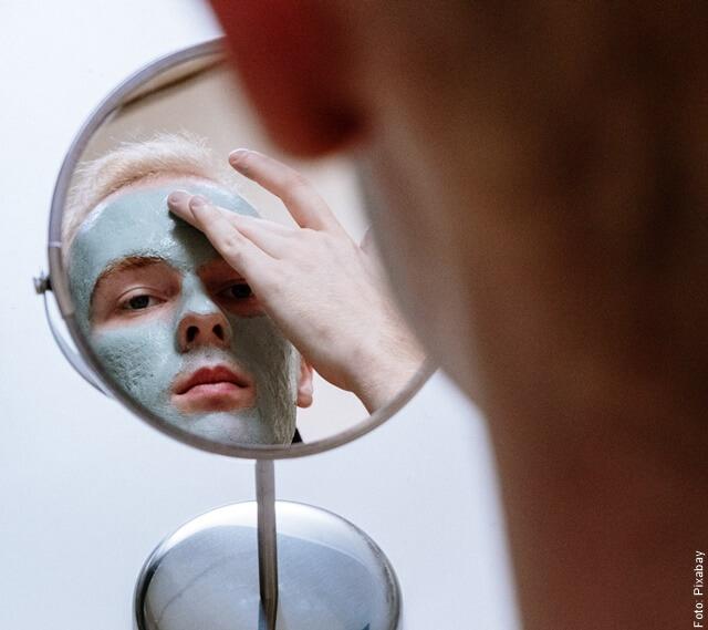 foto de hombre aplicándose mascarilla