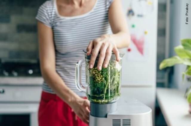foto de mujer con licuadora