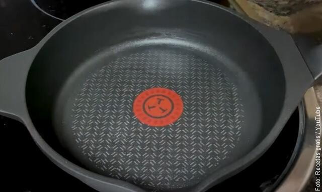 foto de sartén con aceite