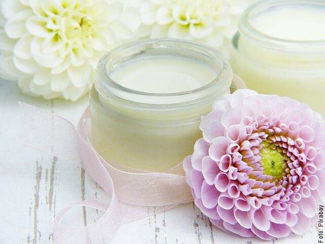foto de aceite de coco con flores