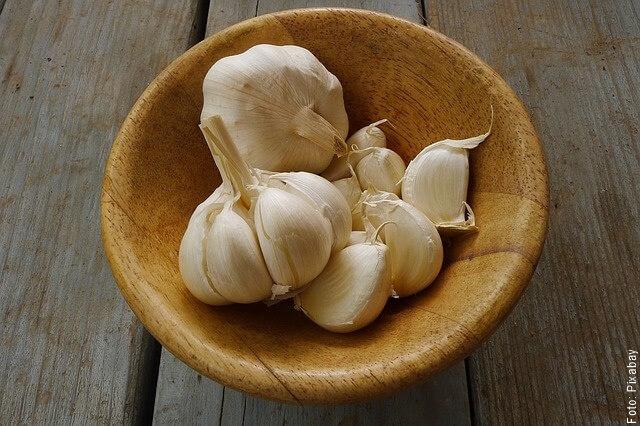foto de ajos blancos en un plato