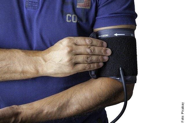 foto de persona midiendo presión arterial