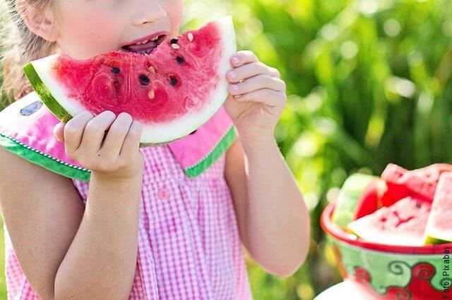 foto de niña comiendo sandía