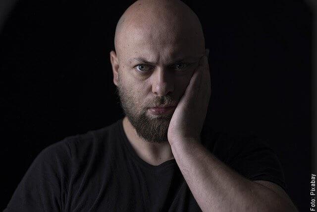 foto de hombre con dolor de muela