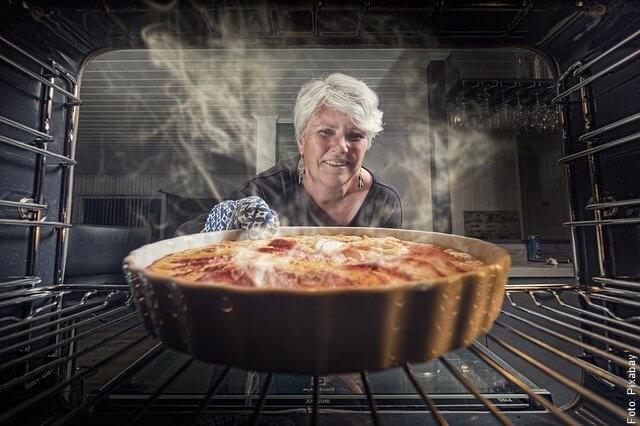 foto de abuelita horneando torta de zanahoria