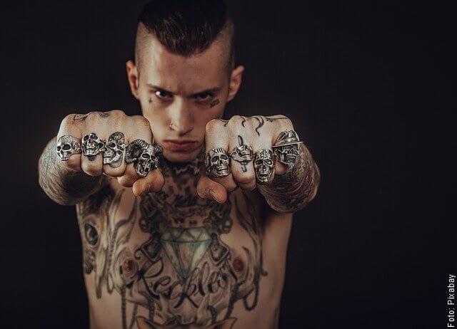 foto de hombre con muchos anillos