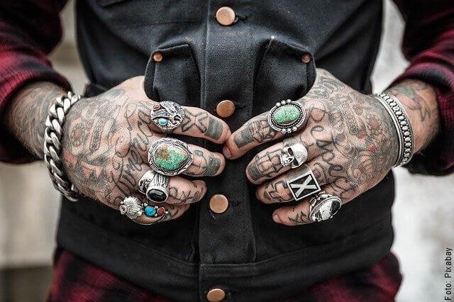 foto de manos tatuadas con anillos