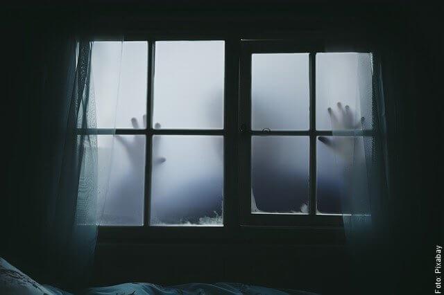 foto de manos en una ventana