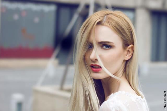 foto de mujer con el cabello rubio