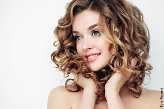 foto de mujer con el cabello corto rubio