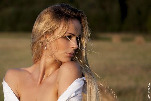 foto de mujer con el cabello rubio cobrizo