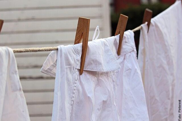 foto de ropa blanca colgada