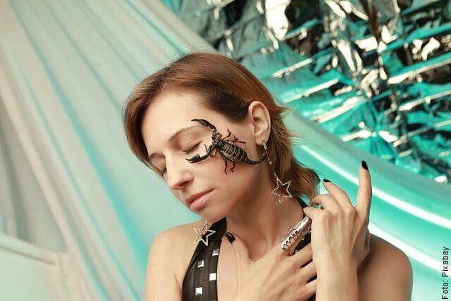 foto de mujer con alacrán en la cara