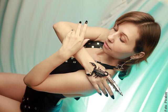 foto de mujer con alacrán