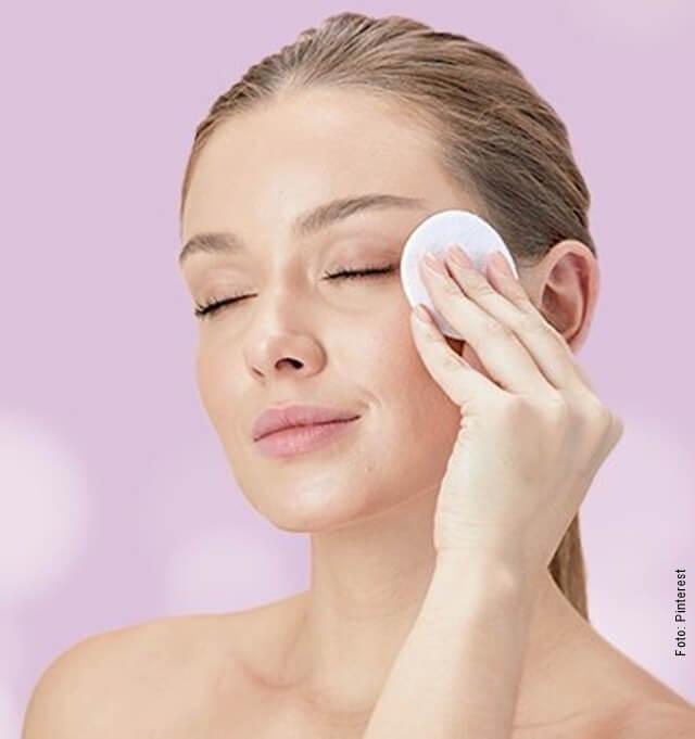 foto de mujer limpiándose la cara