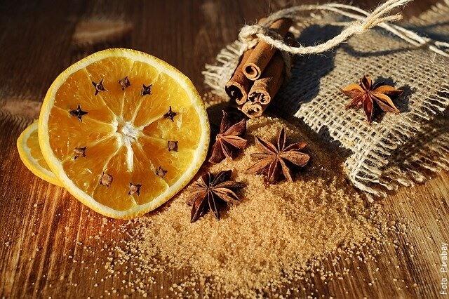 foto de anís estrellado con naranja