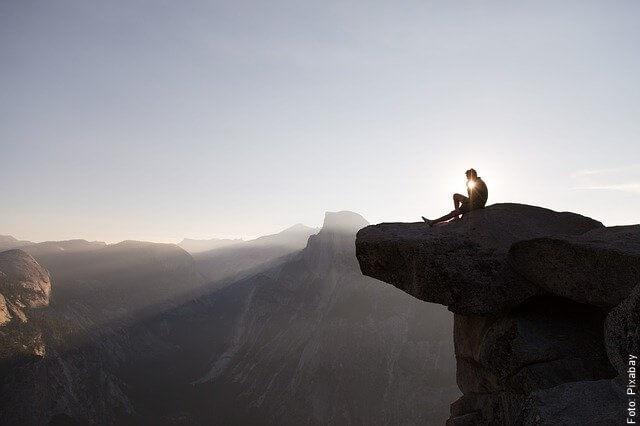 foto de persona en una roca