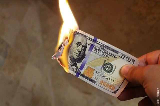 foto quemando un dólar