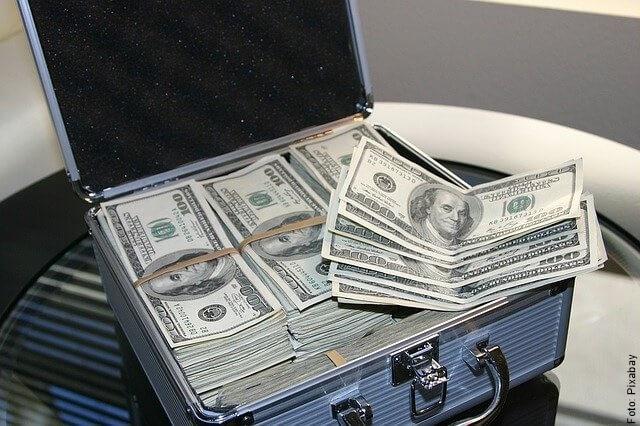 foto de maletín con dólares