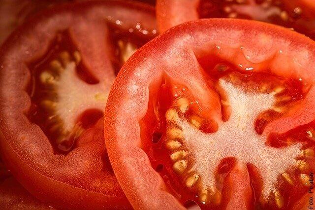 foto de tomate por la mitad