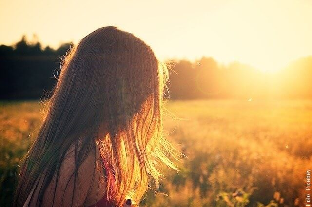 foto de mujer viendo al sol
