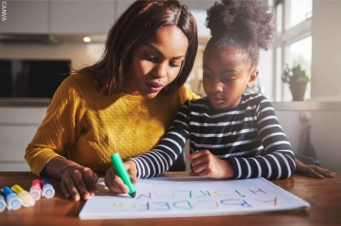 Foto de una mamá haciendo tareas con su hija