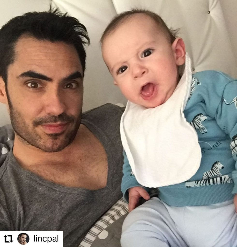 foto de un hombre con un bebé